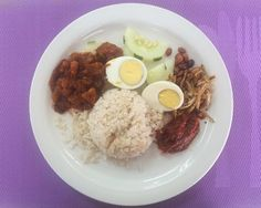 Finally found a place in KK which serve good Nasi Lemak. Jasmine Restaurant & Catering located at Likas Plaza serve Nasi Lemak till 11am daily