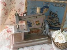 [Antique French Childs Toy Sewing Machine in the Box 1950s ] パリの蚤の市で出会ったボックス付きのピンクのアンティークトイミシンです。1950年代のフランス製のチャイルドミシンです。ピンク金属製の小さなミシンにバラの絵柄のプリントが愛らしいミシンです。お箱は汚れ、角の部分の損傷は大きいですがお箱も残っているのは希少です。