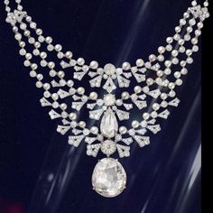 CARTIER. Necklace - platinum, one 20.09-carat very light brown VS1 type IIa modified pear-shaped diamond, one 6.44-carat diamond faceted bead, one 5.25-carat light brown VVS2 pear-shaped rose-cut diamond, one 2.82-carat VS1 diamond faceted bead, one 1.29-carat light brown rose-cut diamond, briolette-cut diamonds, 52 button-shaped and round-shaped natural pearls totaling 98.08 grains, brilliant-cut diamonds. The first row is removable and can be worn alone. #Cartier #CartierMagicien
