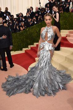 Do excêntrico ao glamouroso: os looks das famosas no baile de gala do MET - Rita Ora