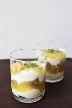 Citroentaart parfait soyayoghurt met crumble en citroensaus voor de citroensaus:  Vulling: 1dl water, 1dl limoensap, 100gr suiker (of naar smaak), 2el agar agar vlokken, 1el tapiocazetmeel, 20ml soyamelk, mespunt kurkuma (dit is voor de kleur), zeste van 1 limoen Laat de agaragarvlokken een kwartiertje weken in het water Pers ondertussen de limoenen meng het tapiocazetmeel met het limoensap Breng de agaragar en water aan de kook en laat tien minuutjes borrelen tot de agaragar volledig is ...