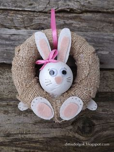 A ideia vem de Kifli e Lavender. Yarn Crafts, Diy And Crafts, Crafts For Kids, Christmas Sewing, Christmas Crafts, Curtain Rings Crafts, Happy Easter, Easter Bunny, Diy Ostern