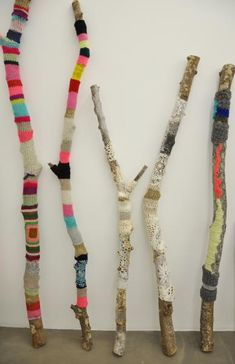 textile sculpture: branches and wool, Aurélie Mathigot, women artists . - textile sculpture: branches and wool, Aurélie Mathigot, women artists # bemaltestöcke textile scu - Sculpture Textile, Textile Art, Yarn Bombing, Guerilla Knitting, Art Fil, Stick Art, Painted Sticks, Driftwood Art, Nature Crafts