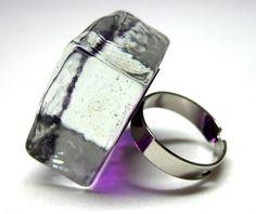 anel de vidro cristal   incolor / roxo   base metal n 20   2,5 x 2,5 x 1,5 cm   R$39,00