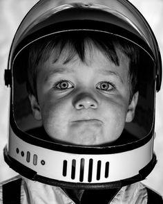 Pai registra as descobertas diárias do filho vestido de astronauta