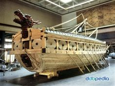 The Kobukson, or 'Turtle Ship' was a Korean warship whose upper deck was covered in iron plating and spikes to repel boarders and its dragon head emitted sulphur smoke to conceal its position. Used against invading Japanese forces in the late century. Turtle Ship, Ancient Discoveries, Memorial Museum, Korean Art, Model Ships, War Machine, Sailing Ships, Seafarer, Dragon Head