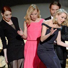 Pin for Later: Habt ihr Emma Stone's Gesicht gesehen als Naomi Watts gestolpert ist?