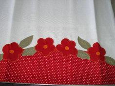 01 Caminho de mesa de 1,40x0,40 m, com aplicação.  01 pano de copa 50x70 cm, aplicação e barrado com tecido 100% algodão. As cores podem variar de acordo com a disponibilidade dos tecidos.