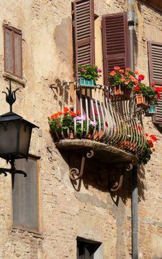 Montepulciano Balcony ~ eat at Ristorante La Briciola What A Wonderful World, Beautiful World, Beautiful Places, Tuscany Italy, Siena Italy, Sorrento Italy, Italy Italy, Naples Italy, Florence Italy