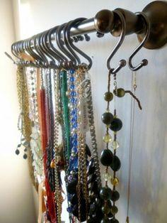 viele kleine hänger für schmuck organisieren - 26 super kreative Schmuckaufbewahrung Ideen – speziell für Damen