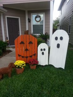Halloween Pallet Wood Goblins - Jack and the Boo's. Pallet wood worked great for this Pumpkin turned Jack-o-Latern and for the Ghosts. Maggie liked the Mums too.