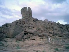 it s the real location where moses split the rock and water flowed to .Numbers 20 & Psalms Moses and the Israelites, Rock of Living Water - Shadow of Jesus Monte Horebe, Mount Sinai, Pray For America, Archaeological Discoveries, Living Water, Bible Truth, Bible Lessons, Christen, Word Of God