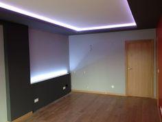 Salón con tiras de LED, RGB, que cambian de color
