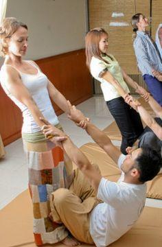 Trabalhar com a Thai Yoga Massagem é poder olhar nos olhos de seu paciente, sorrir, e ter certeza que ele está assimilando e usufruindo de todos os benefícios que a terapia pode proporcionar. <3 .:. Cursos de TYM no Brasil 2015 em três cidades: Curitiba-PR (inicio 19.02) , São Paulo-SP (inicio 20.02) e Vila Velha-ES (inicio 13.02). Infos: contato@espaconibbana.com.br