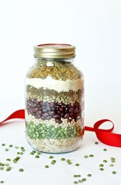 your neighbors a healthy gift! Merry Minestrone Christmas Soup in a jar! Aimée and Bettijo from Paging Supermom show us how!Give your neighbors a healthy gift! Merry Minestrone Christmas Soup in a jar! Aimée and Bettijo from Paging Supermom show us how! Mason Jar Meals, Mason Jar Gifts, Meals In A Jar, Mason Jar Diy, Pot Mason, Gift Jars, Dry Soup Mix, Soup Mixes, Canning Recipes