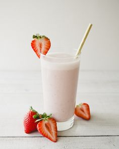 Pretty Little Things: Rose Strawberry Smoothie With Raw Honey (The Chalkboard Mag) Breakfast Smoothies, Healthy Smoothies, Smoothie Recipes, Healthy Snacks, Healthy Recipes, Healthy Drinks, Health Breakfast, Healthy Dishes, Strawberry Roses