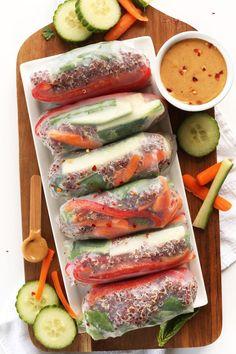 Gezond glutenvrij recept: quinoa spring rolls met cashew dipsaus. Klaar in slechts 30 minuten! // via Minimalist Baker