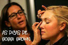 """Entre as dicas legais que Bobbi Brown dá, está essa: - evite usar pó translúcido, prefira um da cor exata da sua pele. """"Ninguém é da cor do pó translúcido, então as pessoas acabam ficando com a pele acinzentada"""", diz."""