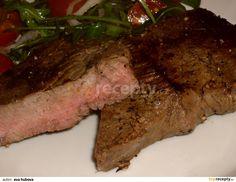 Steaky potřeme olejem, 10 až 15 minut necháme odpočinout, pak pečeme asi 5 min z každé strany. Opečené maso osolíme opepříme. Salát z rukoly,...