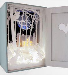 Een soort kijkdoos, zoo mooi! | Magic Cupboard van Helen Musselwhite