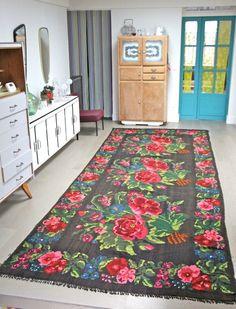 KILIMS ANCIENS DE MOLDAVIE Tapis Shabby Chic, Painted Rug, Tiny Spaces, Carpet Colors, Floor Rugs, Home Textile, Kilim Rugs, Vintage Rugs, Rugs On Carpet