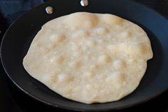 Lipii fără drojdie coapte în tigaie, ies moi și umede, nu uscături! Griddle Pan, Bread Recipes, Feta, Vegetarian Recipes, Food And Drink, Gluten Free, Cookies, Felicia, Breakfast