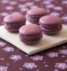 Pour les macarons :  160 g de sucre glace  80 g de poudre d'amande  2 blancs d'oeuf  1 pincée de sel  20 g de sucre en poudre  1 pincée de colorant violet, en poudre  Crème de citron :  10 cl de jus de citron  10 g de maïzena  1 gros oeuf  50 g de sucre  1/2 cuillère à café d'arome de violette