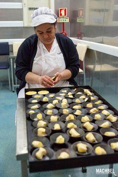 Cubriendo los moldes con la masa de los pasteis Visita a la cocina y a la pastelería de los Pastéis de Belém el secreto mejor guardado de Lisboa Portugal