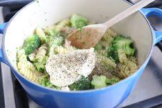 Weinig tijd? Dan is dit gerecht ideaal! Binnen 20 minuten staat deze pasta met broccoli en spek op tafel. Lekker, simpel en snel, wat wil je nog meer?