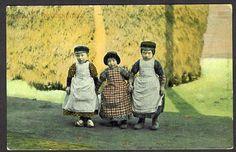 Groepsportret van drie kinderen in klederdracht bij een hooiberg te Spakenburg. 1905-1910 J. Huibers, Utrecht #Utrecht #Spakenburg