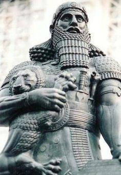 Rey gigante Asirio, Asurbanipal; 650 A.C.  Leer más: http://el-libertario.webnode.es/nuestros-antiguos-instructores/