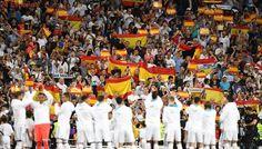 La afición llena el Bernabéu de banderas de España