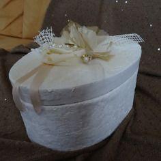 Boite ovale tapissée dentelle blanche, fleurs  tissu,  dentelle , tissu genre satin, voilage, perles, strass doré,a
