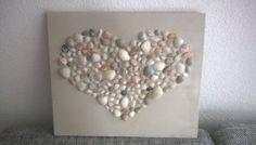 Schelpjes zoeken op het strand, plankje in gewenste kleur verven, en plakken maar..!