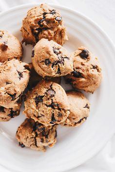 Vanillaholica   5 Minuten vegane Chocolate Chip Kekse, glutenfrei und proteinreich   http://www.vanillaholica.com . . Wenn du in knapp 5 Minuten und einer Handvoll Zutaten vegane Chocolate Chip Kekse backen willst, kommt dieses Rezept genau richtig. Es ist ohne industriellen weißen Zucker, glutenfrei, laktosefrei und vegan. Das perfekte Rezepte für gesunde Kekse zwischendurch.