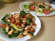 Bunter Salat mit Hähnchenbruststreifen https://www.living-keto.de/rezepte/bunter-salat-mit-haehnchenbruststreifen/