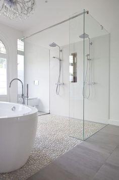 carreaux mosaique imitant cailloux pour la salle de bain blanche
