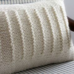 Der Neu 2019 Ravelry: Fine Lines Pillow pattern by Fifty Four Ten Studio Crochet Pillows, Knitted Cushions, Knit Pillow, Knitted Blankets, Crochet Home, Knit Crochet, Knitted Cushion Covers, Super Bulky Yarn, Ravelry