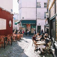 """12.5 mil Me gusta, 104 comentarios - Paris Je t'aime (@parisjetaime) en Instagram: """"Coffee in Montmartre streets ☕️ Cosy pic @lily__paris #Parisjetaime #Paris #Parigi #巴黎 #パリ #파리…"""""""