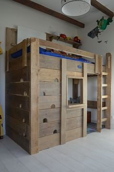 Hoogslaper van steigerhout | avontuurlijk bed met klimwand | VanStoerHout | jongenskamer