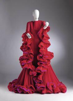 Когда-то давно, в 2006 году в Москве, в Музее изобразительных искусств им. Пушкина, я случайно попала на выставку работ модельера Роберто Капуччи. И оченьбыла удивлена скульптурности форм и яркости расцветок платьев итальянского дизайнера. А недавно, раздумывая, что бы такое показать…