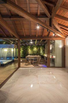 Área externa, varanda, piscina, estrutura de madeira, telhado aparente, decoração, arquitetura, parede verde, iluminação externa