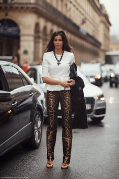 Glanzleistung von der Straße: Leopardene Hose kombiniert zum weißen Schößchen-Top. #streetstyle