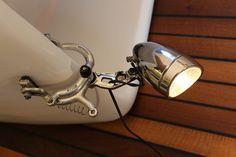 Upcycling Unikate aus Recyclingmaterial zu verkaufen. Tischlampen, Leuchten, Dekor, Schmuck, WC-Papierrollenhalter