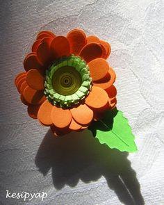 Kağıt ve karton ile yapılmış harika bir çiçek. Kağıt ile neler neler yapılır, 10marifet.org'da bir sürü örneği var. / This paper flower looks amazing.