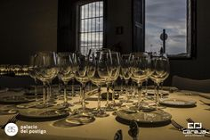 Montaje mesa White Wine, Wine Glass, Alcoholic Drinks, Tableware, Kitchen, Food, Gastronomia, Dance Rooms, Raw Materials