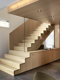 escalera de madera que acaba en armarios