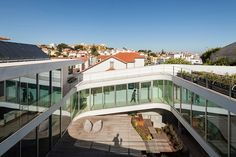 located in the coastal town of estoril, the astrologer's house features a ramp-like promenade which runs through and connects the different programs of the house.