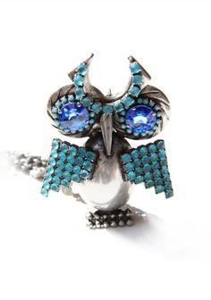 Questa collana in ottone rodiato argento antico è totalmente realizzata a mano attraverso la saldatura di catena originale swarovsky turchese, parti in ottone e cabochon in vetro blu.Dimensioni: collana: 40 cmGufo: 9,5x6,5 cm
