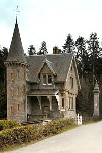 Gatelodge is situated by the main entrance to Ardverikie on the banks of the River Pattack. With its fairytale turret and spiral staircase this charming house is a popular choice with couples looking for a romantic break.  One of my favorite tv shows, Monarch of the Glen was filmed on the estate.